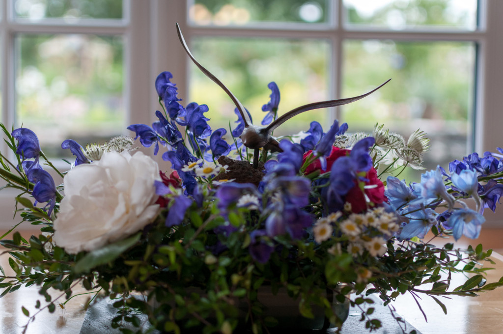 Floral-arrangement-for-some-American-guests.